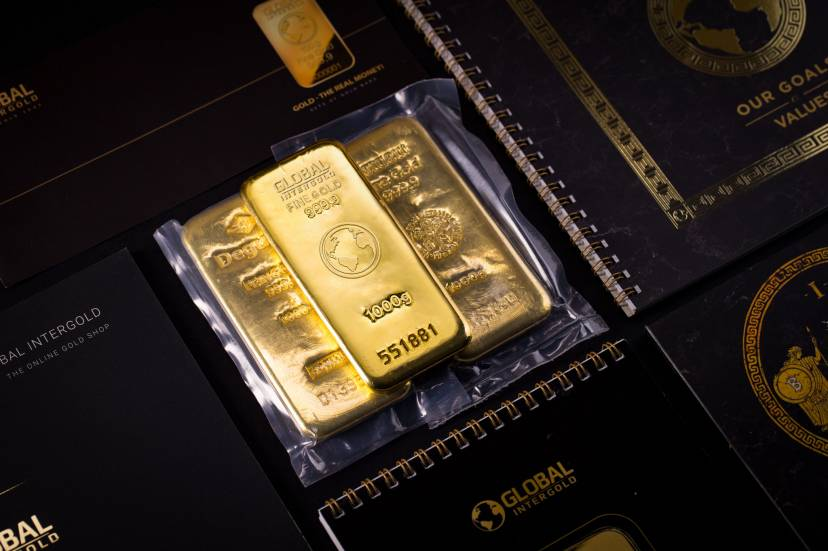 We tell about gold investments of the wealthiest people, profit on gold, highlighting the rising interest in the precious metal.